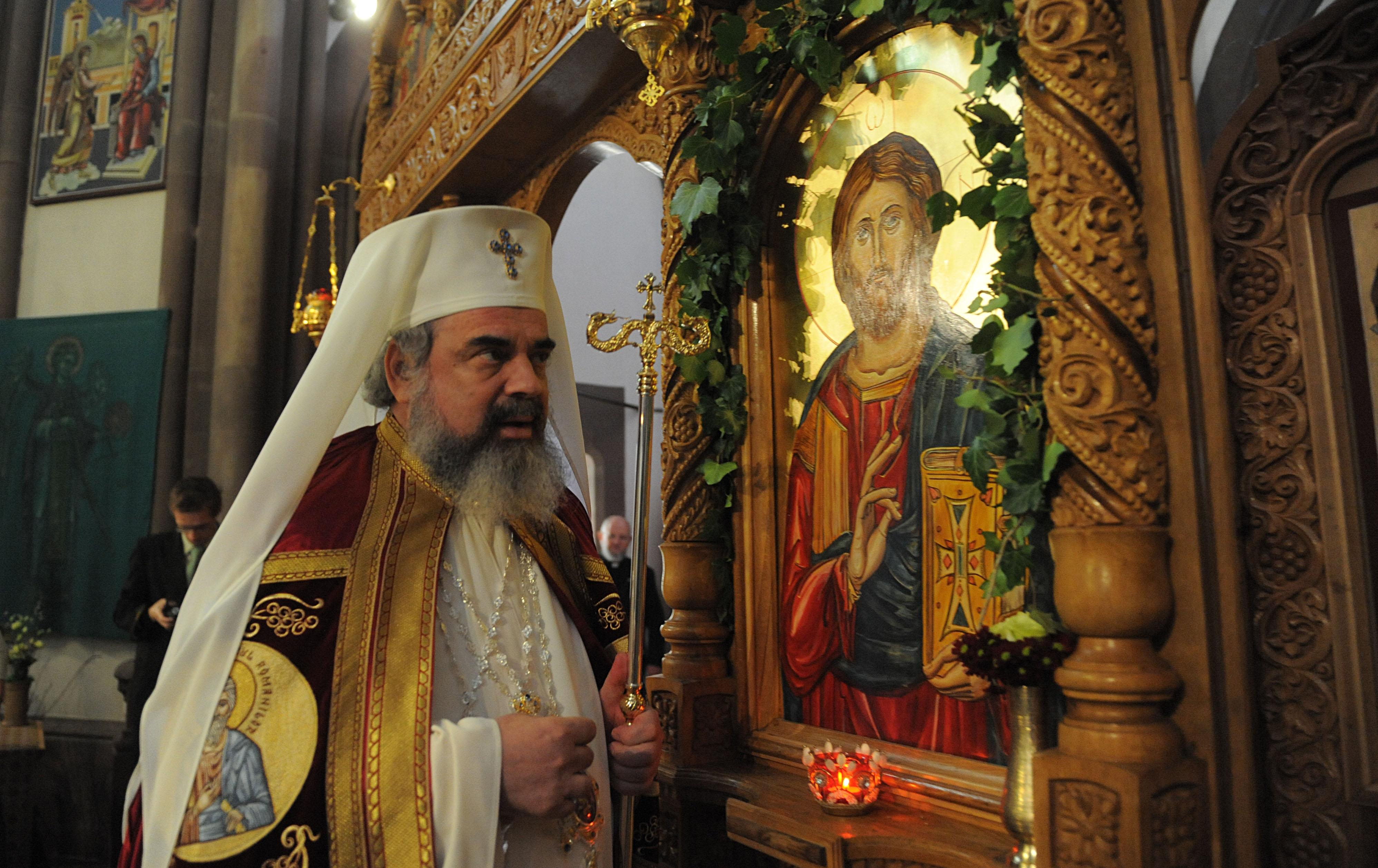 Sfintirea catapetesmei de PF Patriarh Daniel, însotit de un sobor de ierarhi, preoti si diaconi, pe data de 11 aprilie 2011